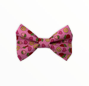 Handmade dog bow tie in cotton print. Made by hand in the U.K. and washable. Pretty pink bow tie with Roses and strawberries print