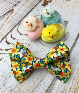 Handmade cotton poplin dog bow tie in a Daffodil print. Handmade in the UK and washable.