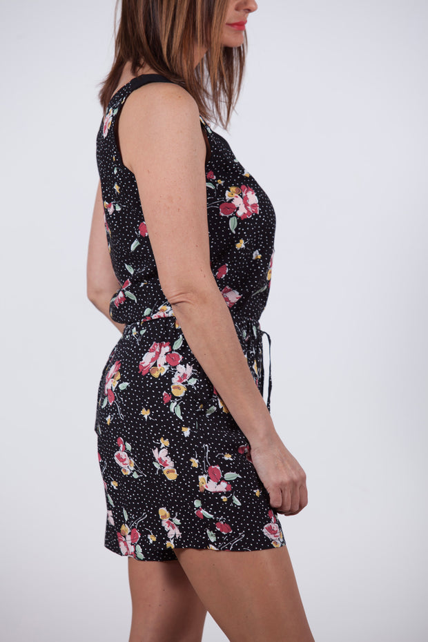 Short fluido negro con estampado de flores Dress Division lateral