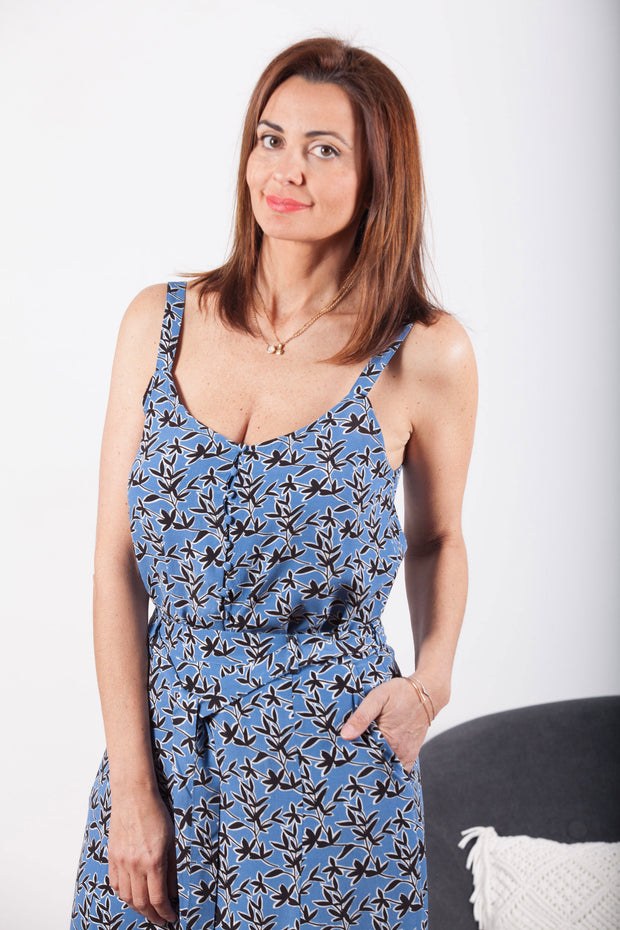 Top tirantes mujer color azul con flores negras y blancas Dress Division frontal