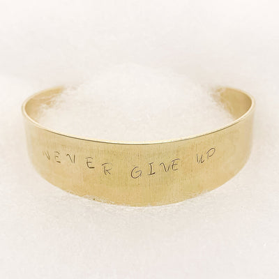 Intention bangle gold: Never Give Up