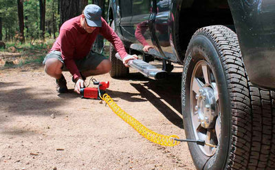man fast inflating black pickup truck tire with mf-1050 air compressor