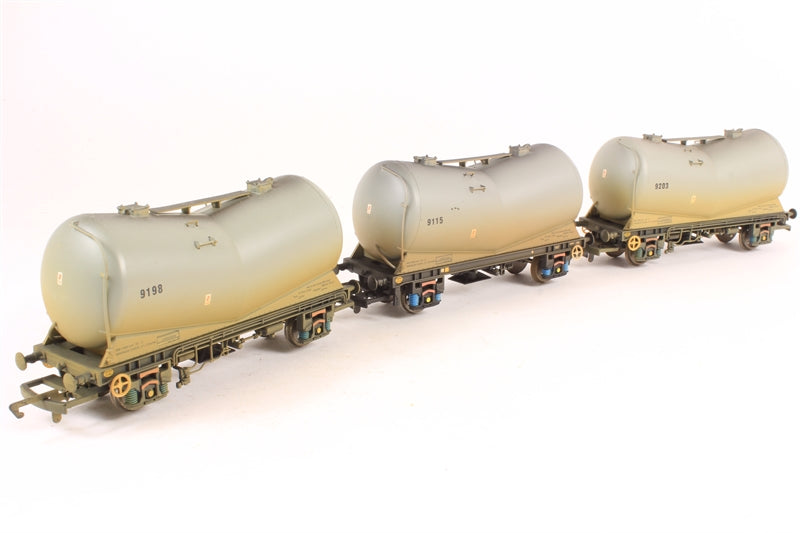 R6153B Hornby B.R Vee Tank Wagons - Three Wagon Pack (Weathered)