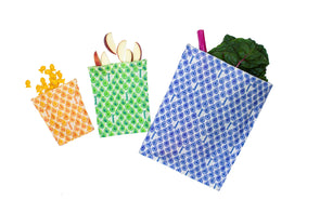 Beeswax wrap and reusable food storage bags by BeeBAGZ are a plastic free alternative to plastic wraps & ziplocked bags for your food storage needs. These beeswax wraps and beeswax wrap bags are a great eco friendly gift and can be used as food wraps, produce bags, snack bags, lunch bags or sandwich bags. Shop today!