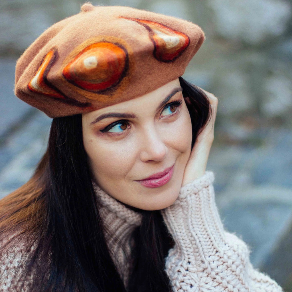 Hazelnut brown woollen beret with pattern