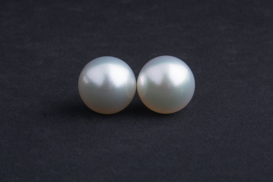 18 Karat Gold White South Sea Pearl Earring Stud