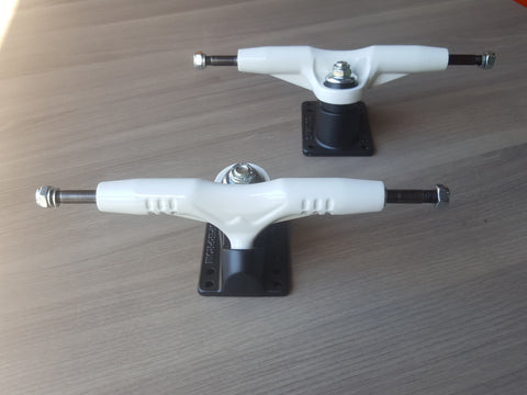 Gullwing Super pro III skateboard trucks WHITE BLACK (PAIR)