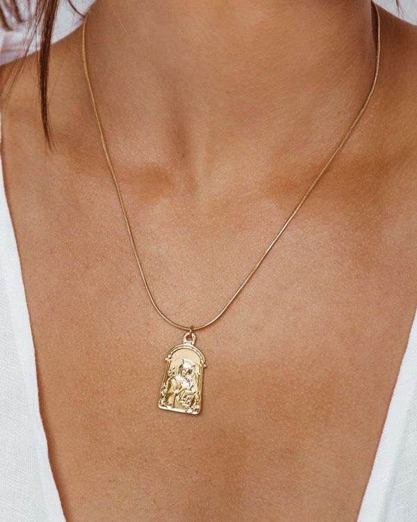 Leo Pendant Necklace - gold