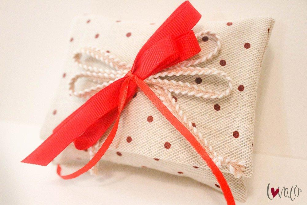 Pois Red Rustic wedding Favors Bag for guests with italian confetti - LovaluDesign
