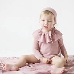 Romper suit with ruffle collar