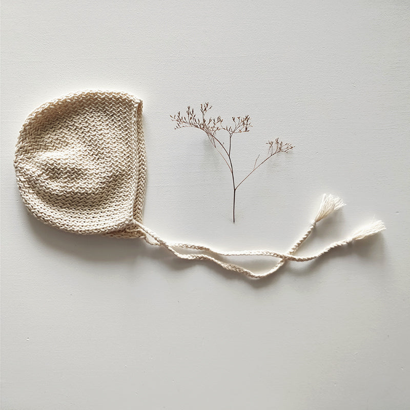 Knitted bonnet, natural