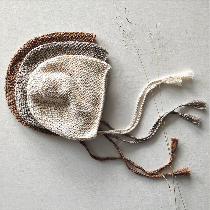 Knitted bonnet, pearl grey