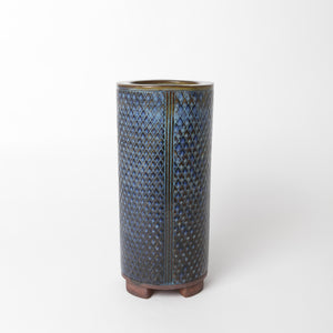 "Farstavas av Wilhelm Kåge 1956, i blå glasyr med geometriskt mönster. Signerad FARSTA Gustavsberg KÅGE Å samt ""Studiohanden"". 25,5cm hög och diam. 11,5cm. Farsta vase by Wilhelm Kåge 1956 with blue glaze and geometric pattern. Signed FARSTA Gustavsberg KÅGE Å and the ""Studio Hand"". H: 25,5cm/10″ and diam. 11,5cm/4,5″."
