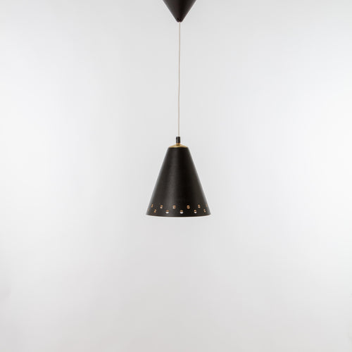 Konisk taklampa i lackerad plåt och mässing. Höjd (utan sladd): 25cm och diameter 22cm. Conical ceiling lamp, 1950's. Height (without the cord): 25cm/9,8 and diam. 22cm/8,7