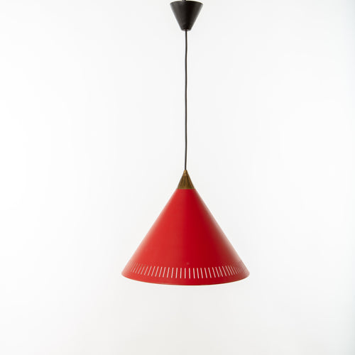 Konisk taklampa i lackerad plåt och mässing. Höjd (utan sladd): 30cm och diameter 36cm. Conical ceiling lamp, 1950's. Height (without the cord): 30cm/11,8 and diam. 36cm/14,2