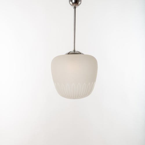 Taklampa i glas, 1940-tal. Totalhöjd 70cm och diameter 33cm. 1940's ceiling lamp in glass. Total height: 70cm/27,6″ and diameter 33cm/13″