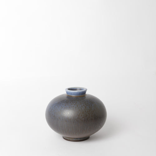 "Stengodsvas från Gustavsberg år 1970 av Berndt Friberg, med harpälsglasyr. Signerad Friberg L samt studiohanden. 15cm hög. Stoneware vase by Berndt Friberg 1970 for Gustavsberg. Harefur glaze. H: 15cm/5,9″. Signed Friberg L and the ""Studio Hand""."