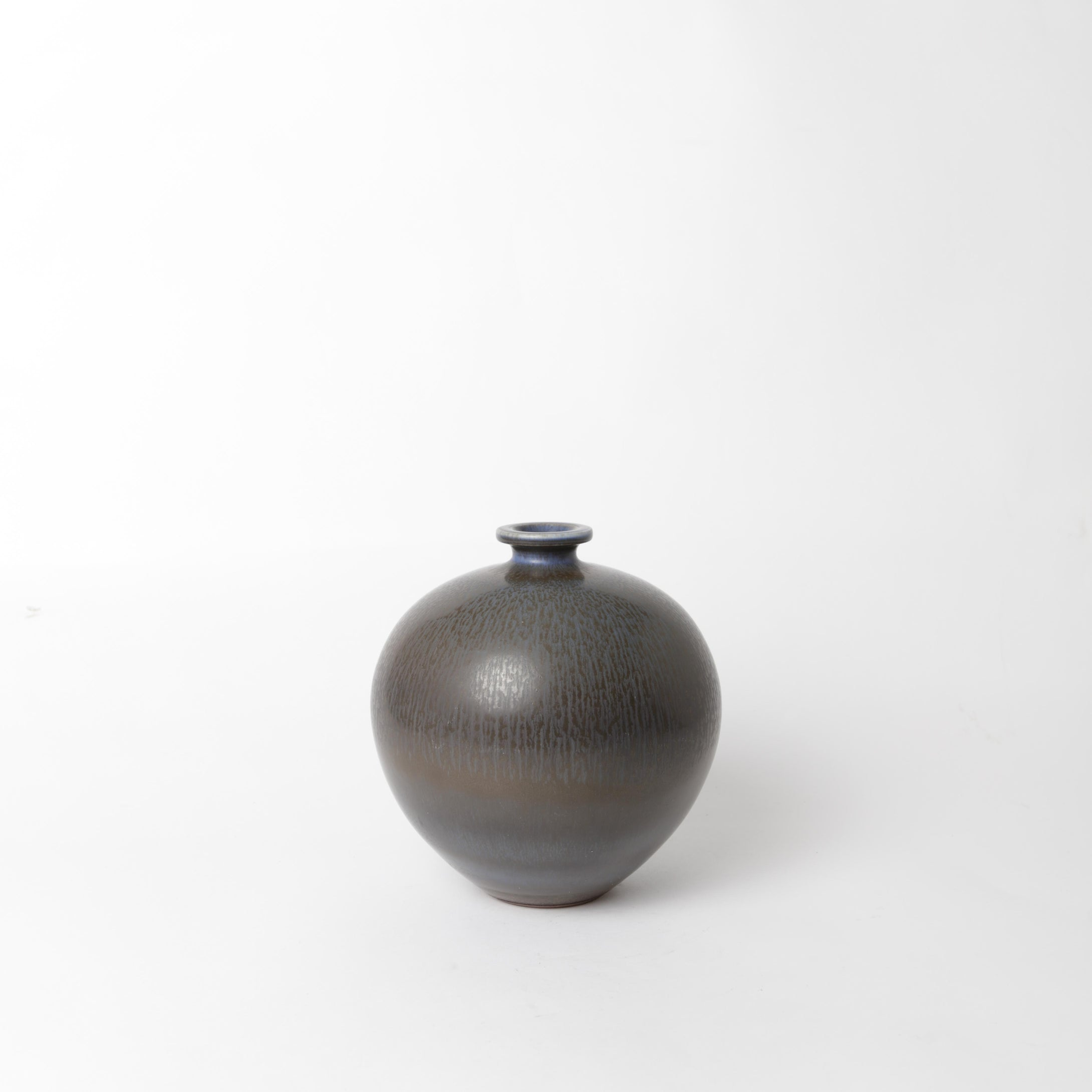 "Stengodsvas från Gustavsberg år 1968 av Berndt Friberg, med harpälsglasyr. Signerad Friberg J samt Studiohanden. 19cm hög. Stoneware vase by Berndt Friberg 1968 for Gustavsberg. Harefur glaze. Signed Friberg J and the ""Studio Hand"" H: 19cm/7,5″"