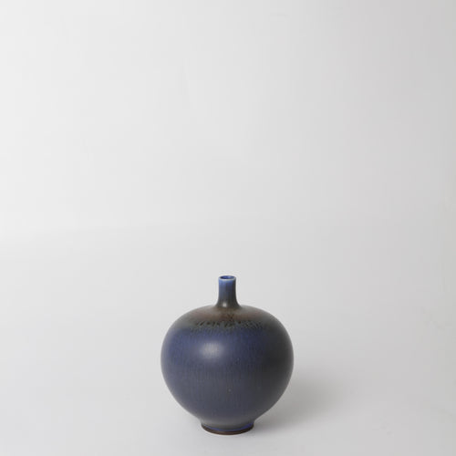 "Stengodsvas från Gustavsberg år 1965 av Berndt Friberg, med harpälsglasyr. Signerad Friberg G samt Studiohanden. 14,5cm hög. Stoneware vase by Berndt Friberg 1965 for Gustavsberg. Harefur glaze. Signed Friberg G and the ""Studio Hand"" H: 14,5cm/5,7″"