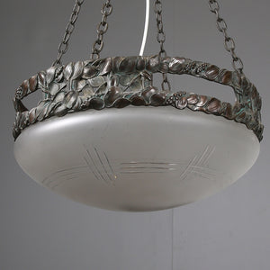 Jugendtaklampa i brons från Böhlmarks, 1910-tal. 80cm hög och diam. 42,5cm An art nouveau ceiling light in bronze. Made by Böhlmarks around 1910. H: 80cm/31,5″ and diam. 42,5cm/16,7″