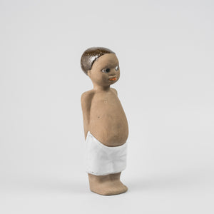 "Mari Simmulson figurin ""Tom"" från Upsala-Ekeby, 1960-tal. Märkt UE SWEDEN 6029 MS. 17cm hög. Mari Simmulson figurine ""Tom"" by Upsala-Ekeby, 1960's. Marked UE SWEDEN 6029 MS. H: 17cm/6,7″."