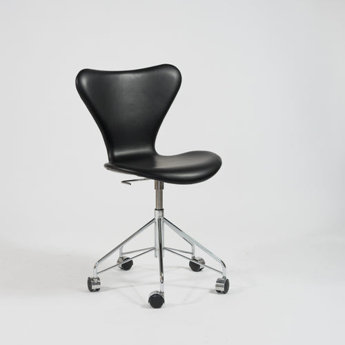Kontorsstol i skinn, modell 3107 (7:an) av Arne Jacobsen för Fritz Hansen, nyskick. Office chair in leather, Seven chair 3107 by Arne Jacobsen for Fritz Hansen.