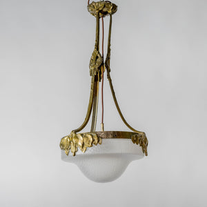 Jugendtaklampa i guldpatinerad brons från Böhlmarks, 1910-tal. 80cm hög och diam. 40cm. An art nouveau ceiling light in bronze. Made by Böhlmarks around 1910. H: 80cm/31,5″ and diam. 40cm/15,7″