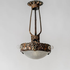 Jugendtaklampa i kopparpatinerad brons från Böhlmarks, 1910-tal. 65cm hög och diam. 35cm. An art nouveau ceiling light in bronze. Made by Böhlmarks around 1910. H: 65cm/25,6″ and diam. 35cm/13,8″