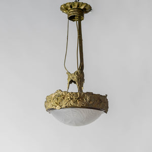 Jugendtaklampa i guldpatinerad brons från Böhlmarks, 1910-tal. 70cm hög och diam. 35cm. An art nouveau ceiling light in bronze. Made by Böhlmarks around 1910. H: 70cm/27,6″ and diam. 35cm/13,8″