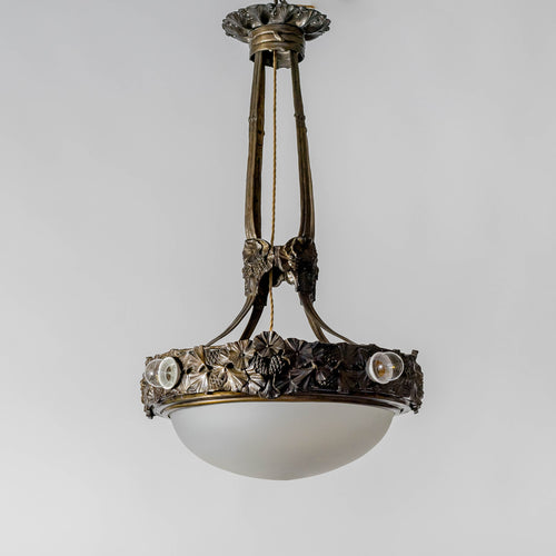 Jugendtaklampa i mörkpatinerad brons från Böhlmarks, 1910-tal. 85cm hög och diam. 50cm. An art nouveau ceiling light in bronze. Made by Böhlmarks around 1910. H: 85cm/33,5″ and diam. 50cm/19,7″