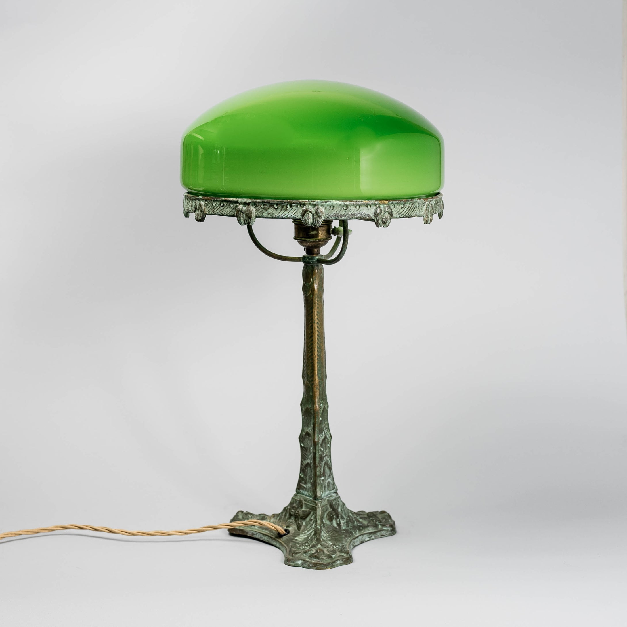 Jugendbordslampa i patinerad brons från Böhlmarks, 1910-tal. 43cm hög An art nouveau table lamp in bronze. Made by Böhlmarks around 1910. H: 43cm/16,9″