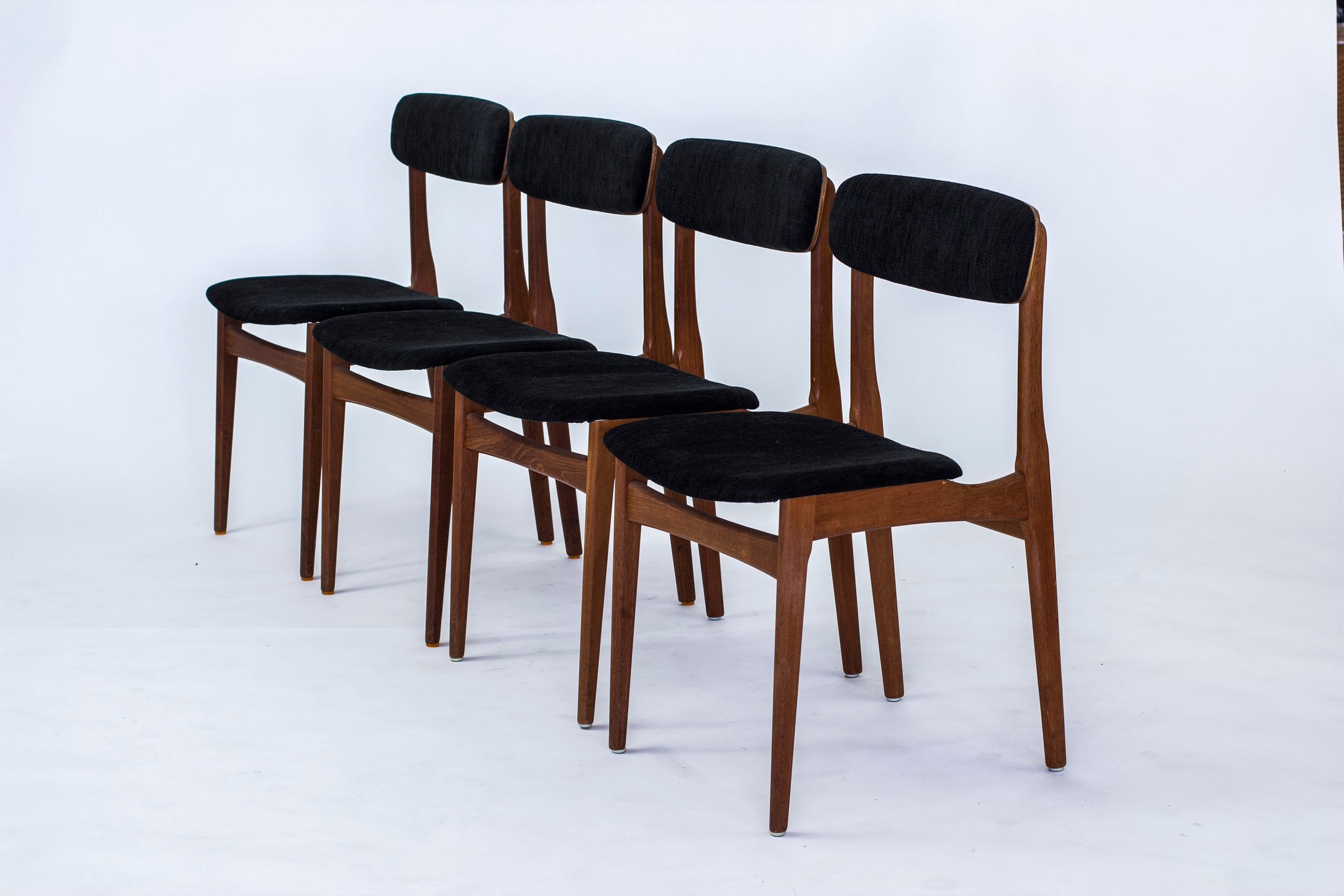 Fyra danska teakstolar med nytt tyg, 1950-tal. H: 78cm, B: 44cm, D: 48cm. Four Danish teak chairs with new fabric, 1950's. H: 78cm/30,7