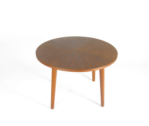 Runt soffbord i teak med fyra ben, 1960-tal. Diameter: 75cm. Höjd: 49cm. Coffe table in teak with four legs. Diameter: 75cm/29,5