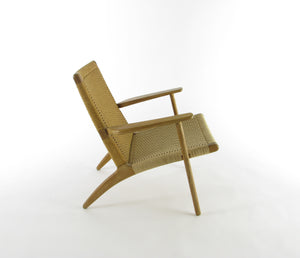 "Fåtölj CH25 av Hans Wegner för Carl Hansen & Son. Ek samt snörad rygg och sits. Sitsen är nysnörad. H: 71cm, B: 70cm, D: 75cm. Etikettmärkt. Hans Wegner lounge chair CH25 for Carl Hansen & Son. Oak and natural cord. New seating cord. H: 71cm/28"", W: 70cm/27,6"", D: 75cm/29,5""."