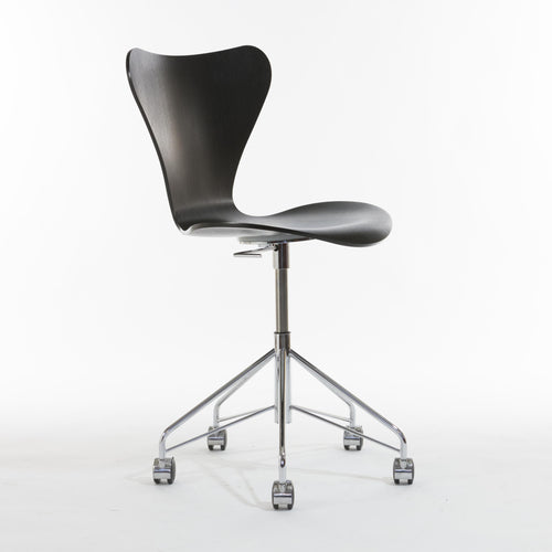Kontorsstol, modell 3107 (7:an) av Arne Jacobsen för Fritz Hansen, nyskick. Office chair in, Seven chair 3107 by Arne Jacobsen for Fritz Hansen.