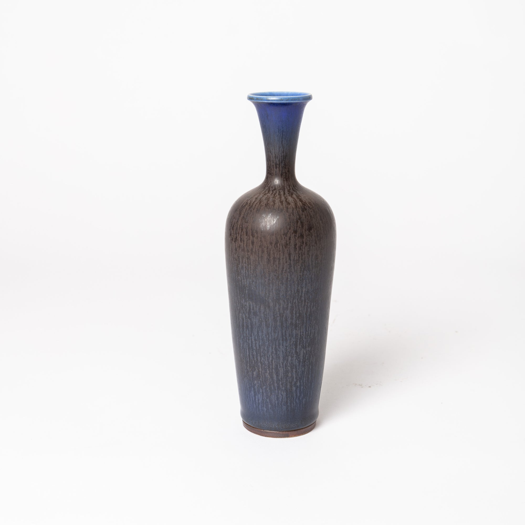 "Stengodsvas av Berndt Friberg för Gustavsberg med harpälsglasyr. 19,5cm hög. Signerad Friberg samt Studiohanden. Stoneware vase by Berndt Friberg for Gustavsberg. Harefur glaze. H: 19,5cm/9,3″. Signed Friberg and the ""Studio Hand"""