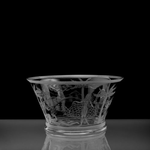 Graverad skål av Edward Hald för Orrefors, 1920-tal. 10,8cm hög och diam. 20,5cm. Signerad Orrefors Hald. 25. 27. H Engraved Orrefors bowl by Edward Hald, 1920s. H: 10,8cm/4,3″ and diam. 20,5cm/8,1″. Signed Orrefors Hald. 25. 27. H