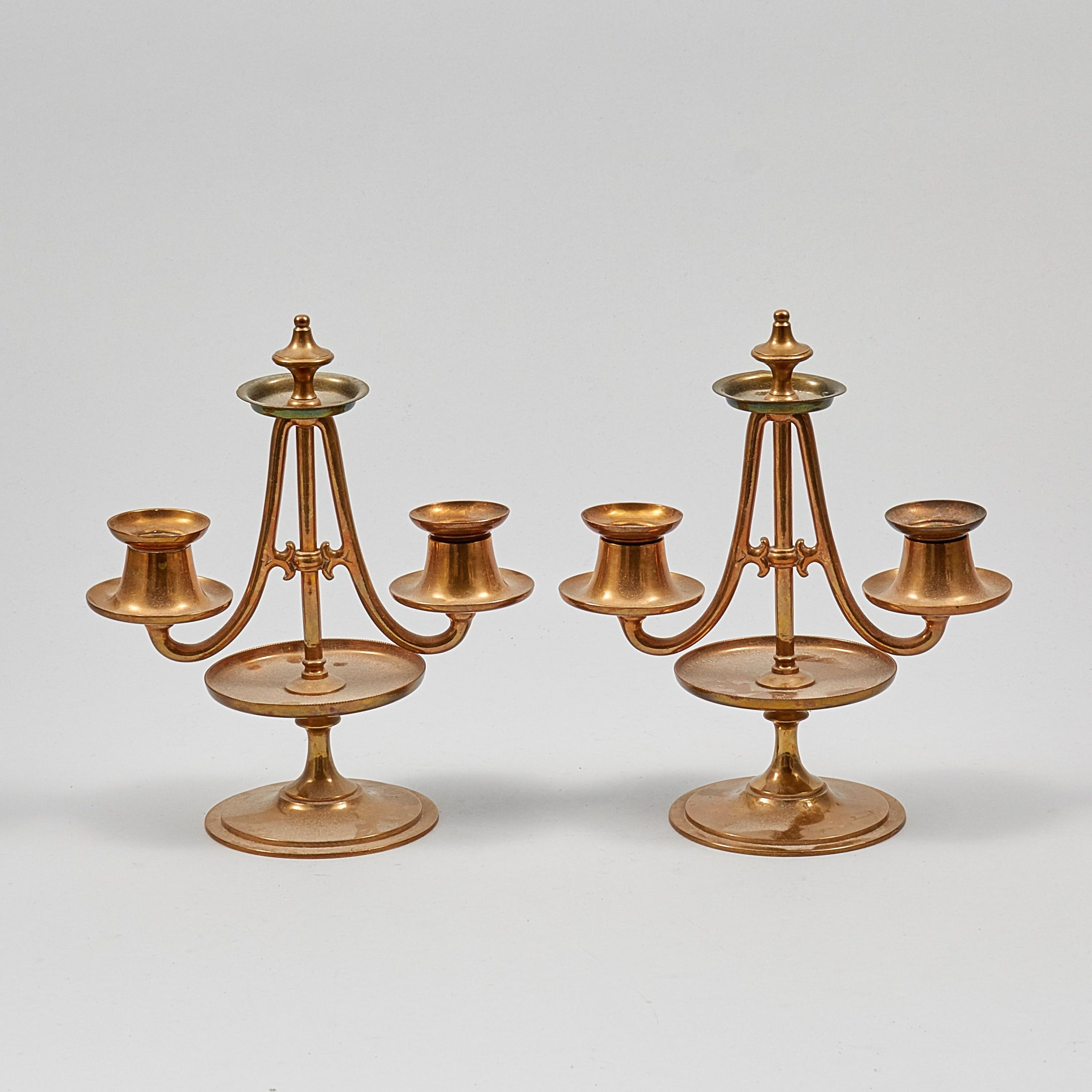 Paret ljusstakar i mässing från Gusum 21 cm höga. Pair of brass candle sticks by Gusum. H: 21cm/8,3