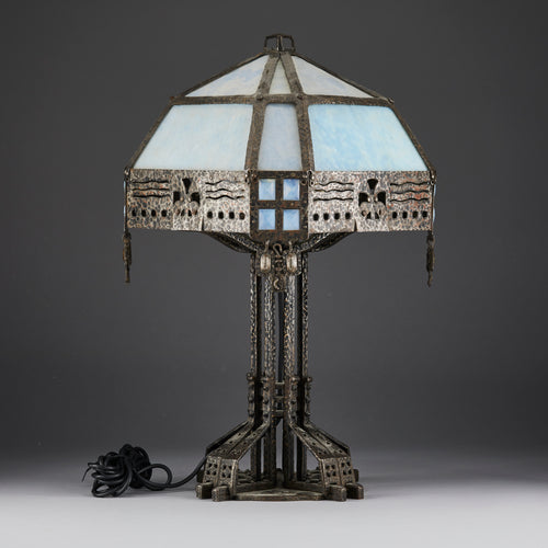 Jugendbordslampa i järnsmide och glas. 57cm hög. Art nouveau table lamp in wrought iron and glass. H: 57cm/22,4