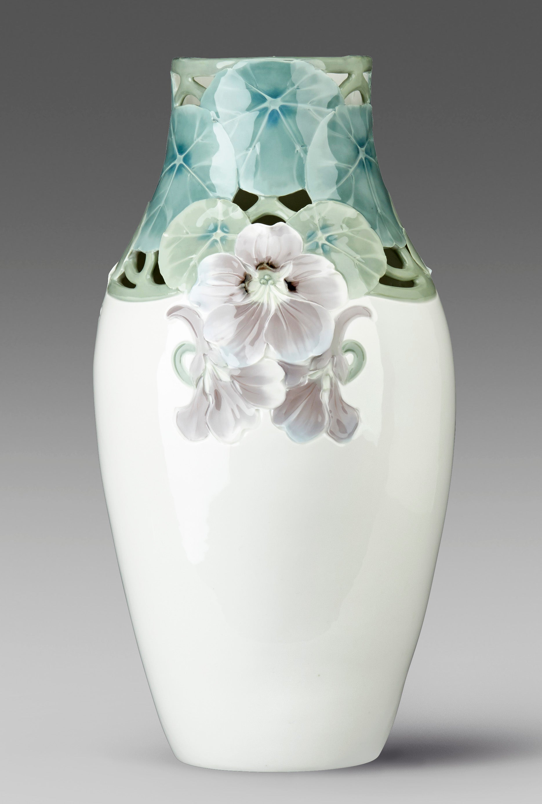 Jugendvas i underglasyrteknik. Karl Lindström för Rörstrand ca 1910. Signerad KL Rörstrand. 42,5cm hög. Art Nouveau vase in underglazed porcelain by Karl Lindström for Rörstrand, around 1910. H: 42,5cm/16,7″