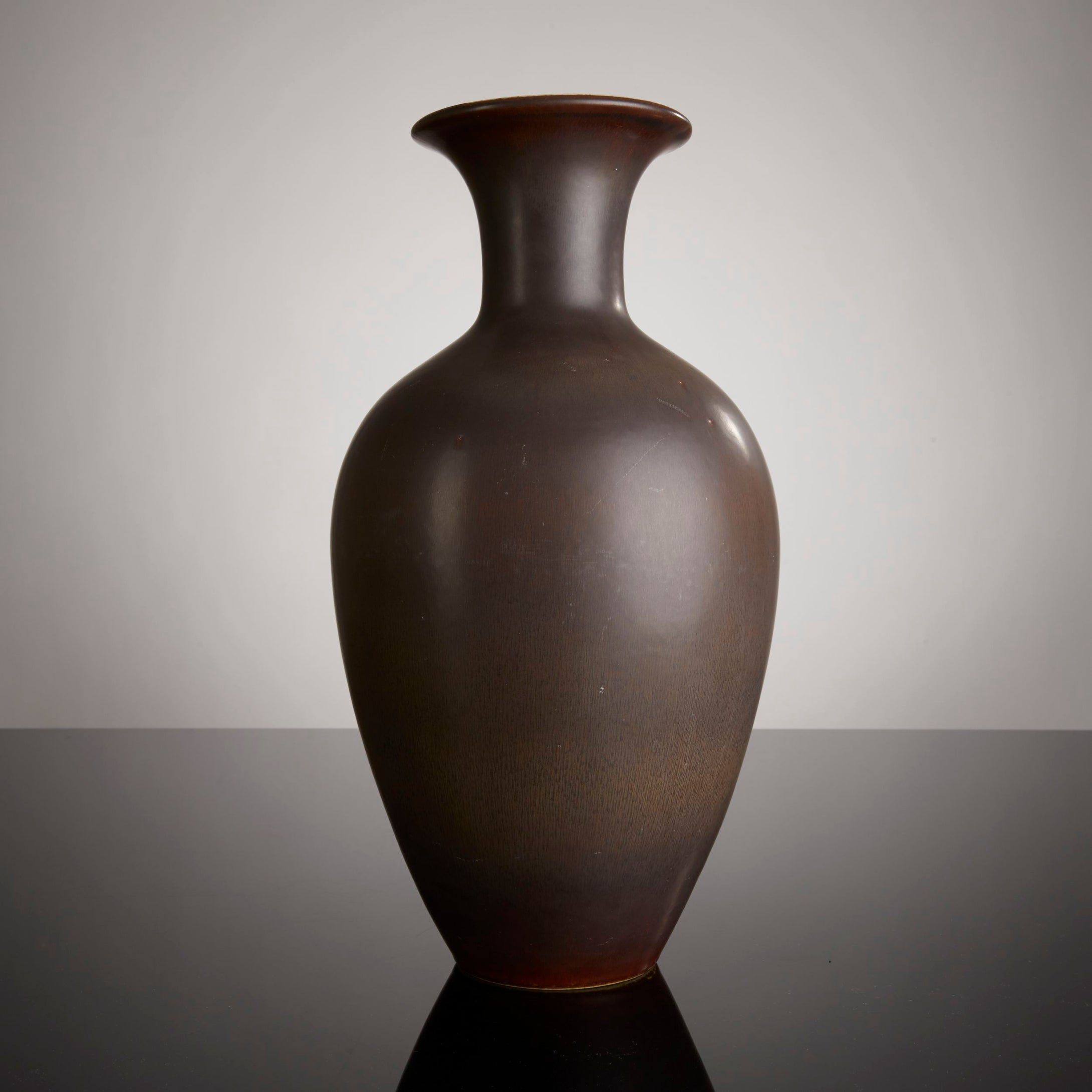 Golvvas i stengods, av Gunnar Nylund för Rörstrand, 1950-tal. Signerad R GN SWEDEN AKT. 44cm hög och diameter 23cm. Stoneware floor vase by Gunnar Nylund for Rörstrand, 1950's. Signed R GN SWEDEN AKT. H: 44cm/17.3″ and diam. 23cm/9,1