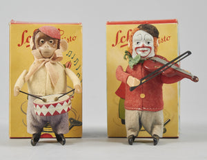 Schuco trummande apa och fiolspelande clown inklusive originalkartong. Pris: 2600 kr/st. Schuco drummer monkey and clown violinist. Made in U.S.-Zone Germany. Price: 2600/each.