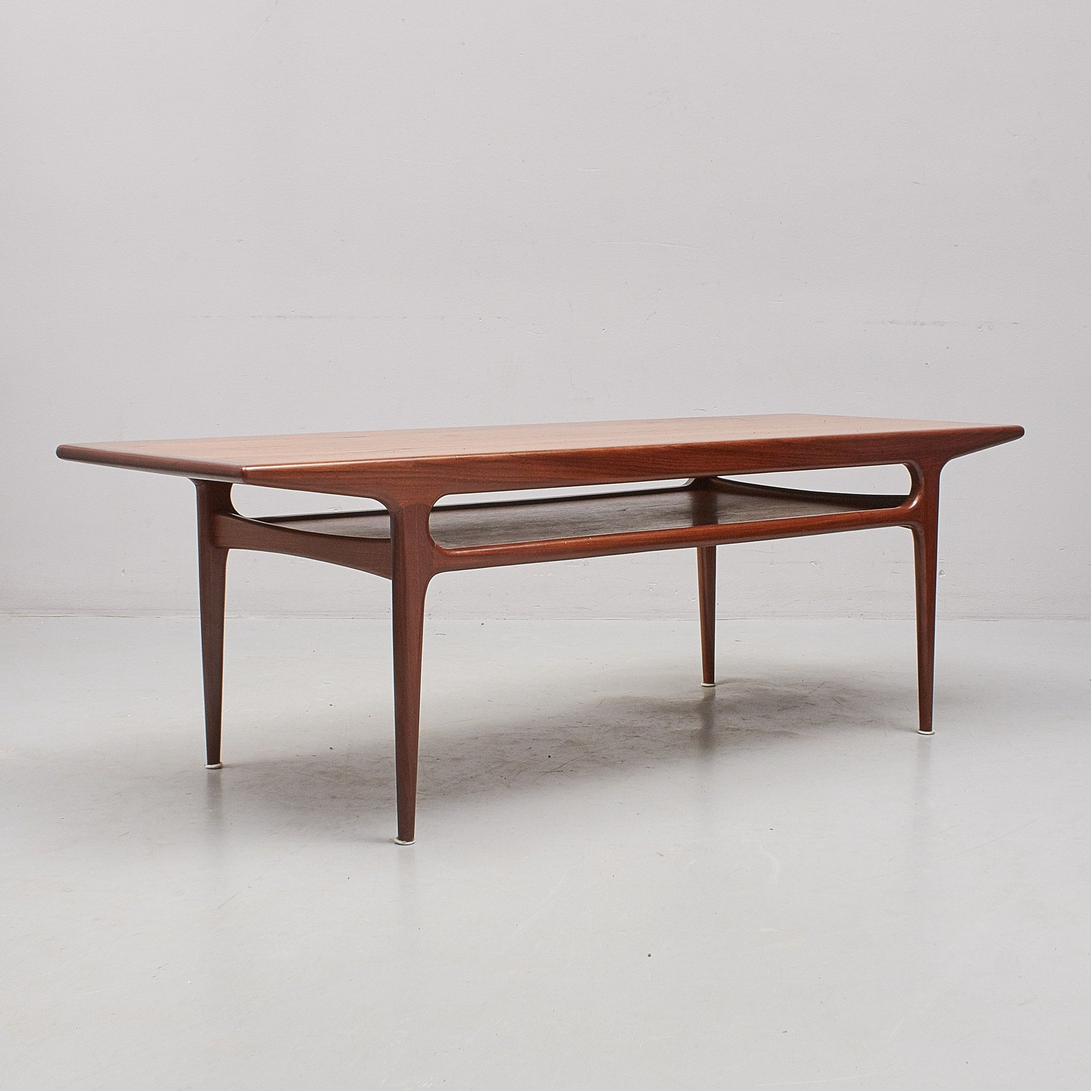 Soffbord i teak, 1960-tal. H: 50cm samt 150cm X 55cm. 1960's teak coffee table. H: 50cm/19,7″ and 150cm/59,1″ X 55cm/21,7″.