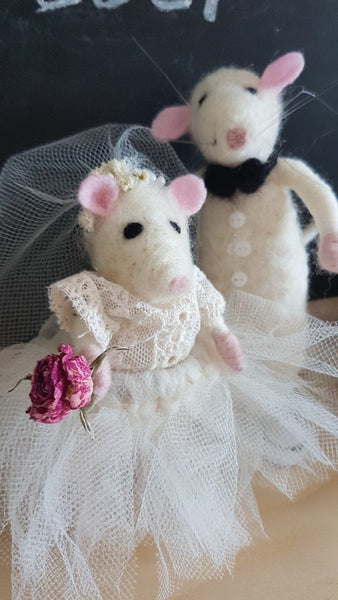 Wedding felted couple. Needle felted bride and groom mice. Wedding present. Wedding decoration. Mice wedding cake topper. Collective mouse.