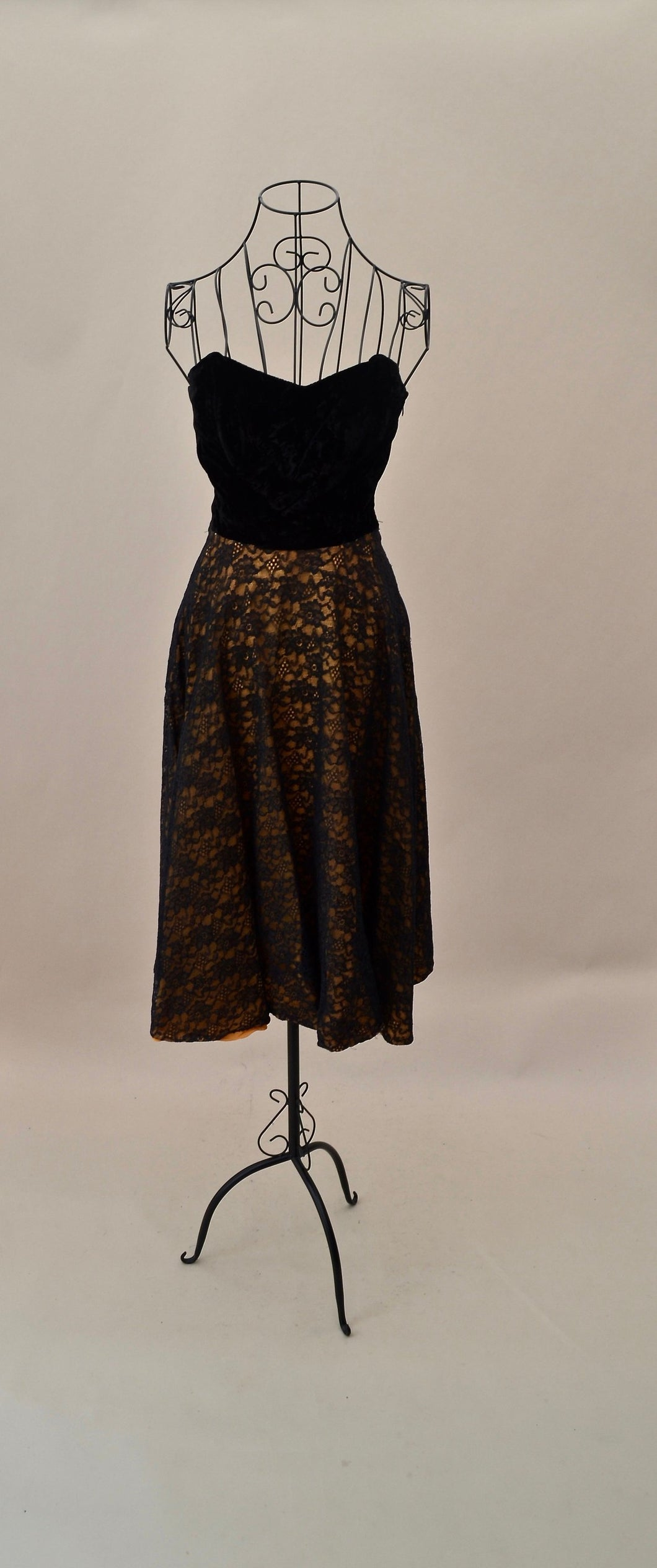 1950s lace and velvet strapless dress in black and gold, Est UK size 4/6