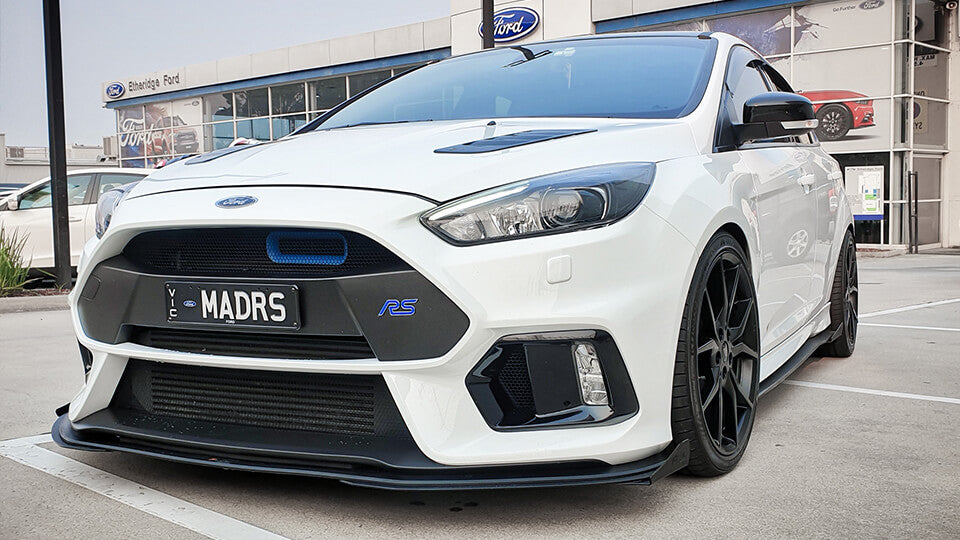 White Ford MK3 Focus RS modified with Flow Designs lip splitter