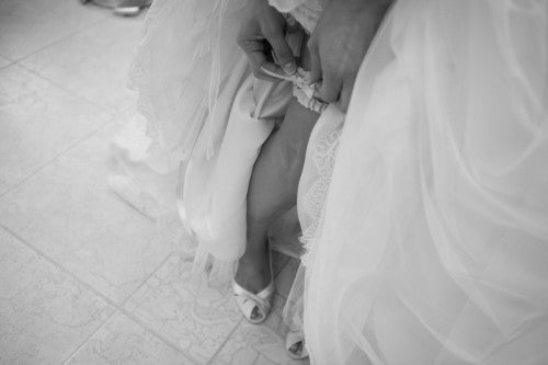 bride-putting-on-classic-wedding-garters