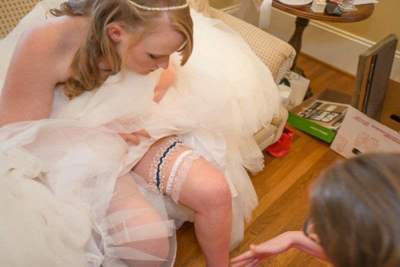bride-wedding-garter-TeeWayne Photography1