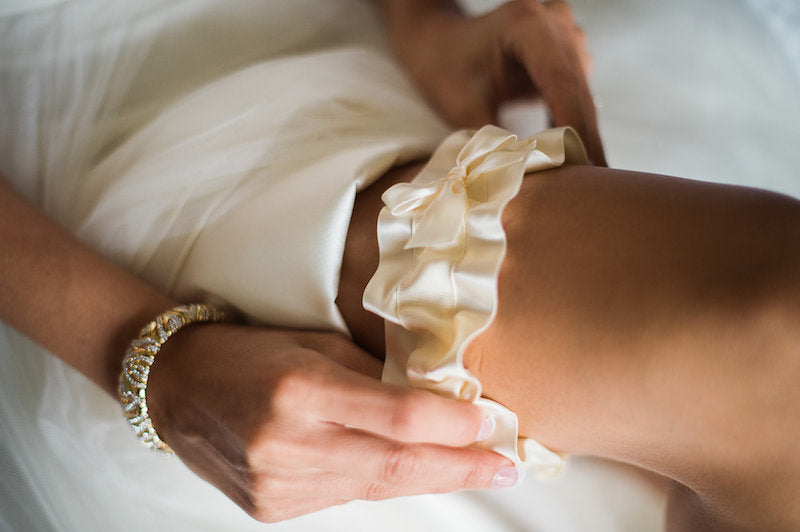 real-wedding-garter-the-garter-girl