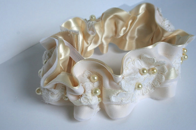 ivory-lace-pearl-garter